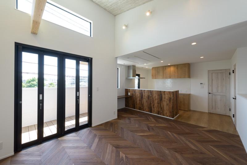 世田谷区で白いお家、ヘリンボーン模様のフローリングが特徴的なデザイン住宅